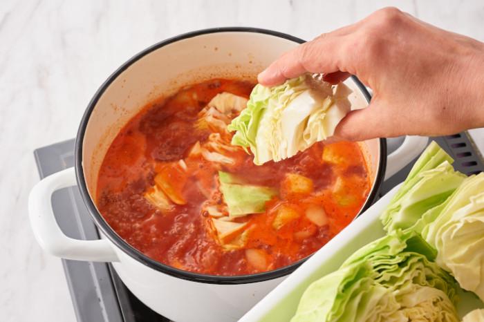 トマトスープにキャベツを入れる