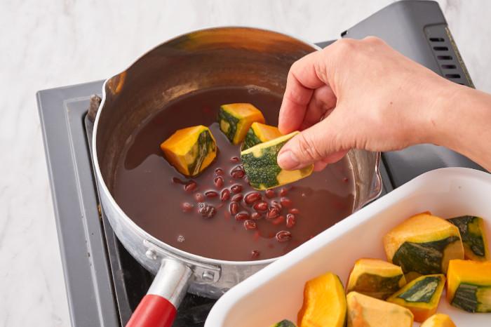 小豆を煮てかぼちゃを加える