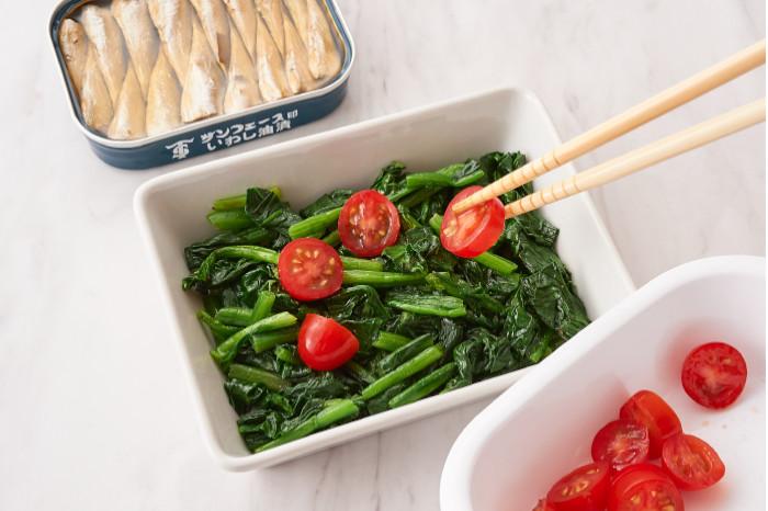 ほうれん草とトマトを耐熱皿に並べる