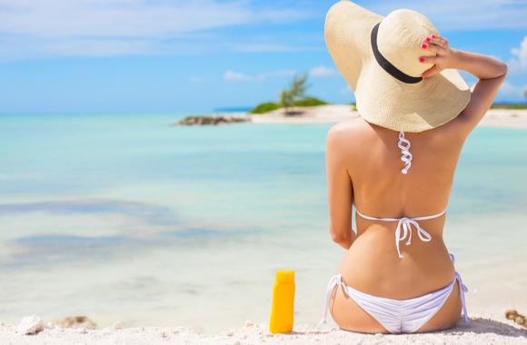 砂浜に座る女性