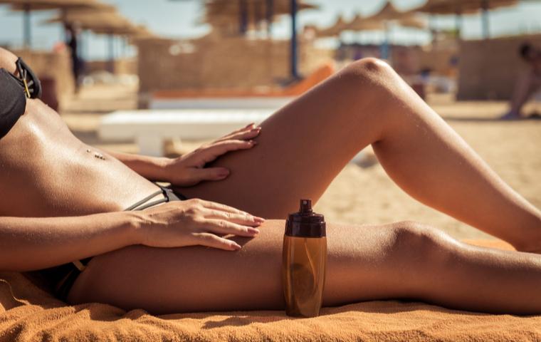 ビーチで日焼けする女性