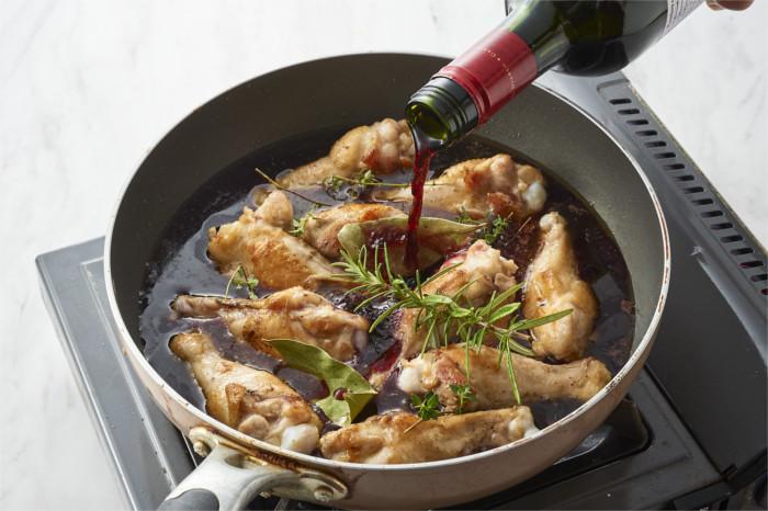 鶏手羽をワインで煮る