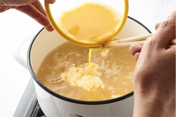 スープに溶き卵を入れる