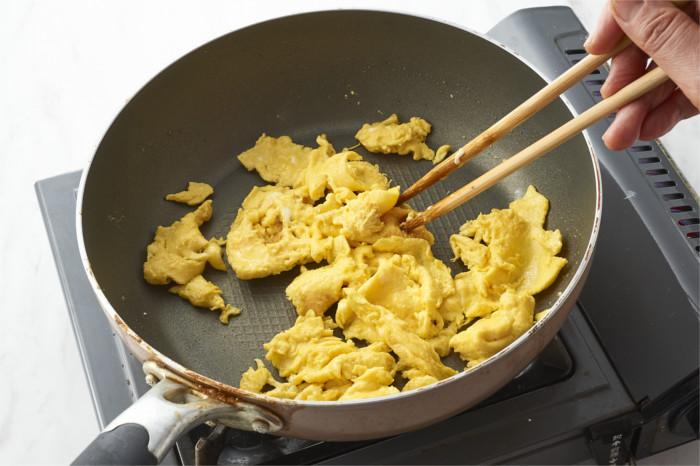 卵を炒める