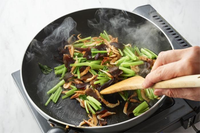 さくら海老ときくらげ、小松菜を炒める
