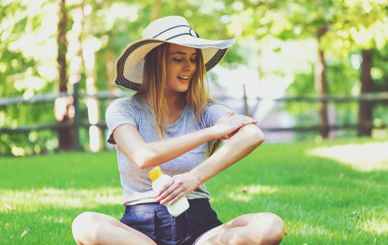 日焼け止め塗る女性